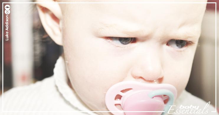 bebé enfadado hijo muerde