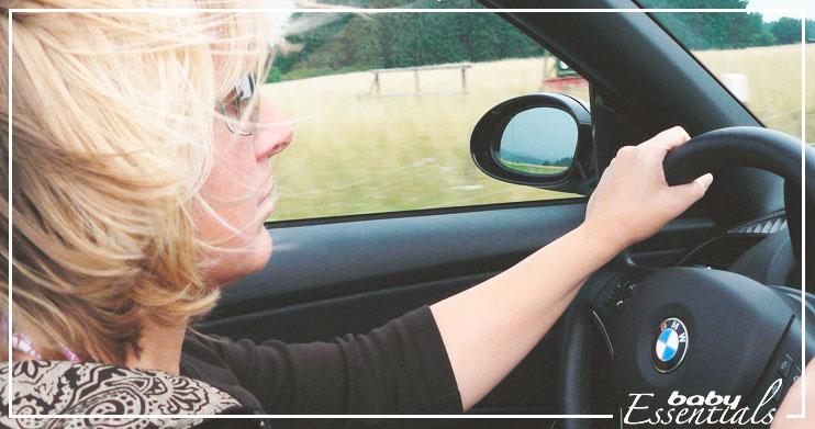 mujer embarazada conduciendo conducir